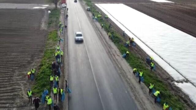 Sătenii au făcut curățenie cot la cot cu angajații primăriei, în Lungulețu