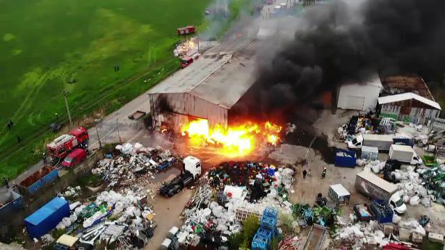 Incendiu de proporții la un depozit de deșeuri de la marginea Buzăului. În apropiere se afla o rețea de gaze