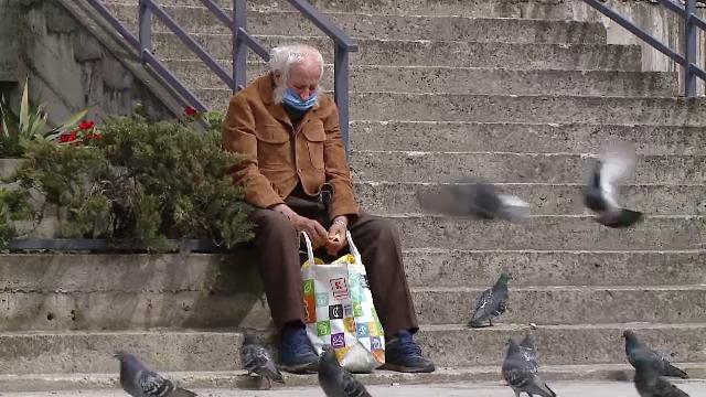 După zeci de ani de muncă, unui pensionar nici nu îi ajung banii de mâncare. \