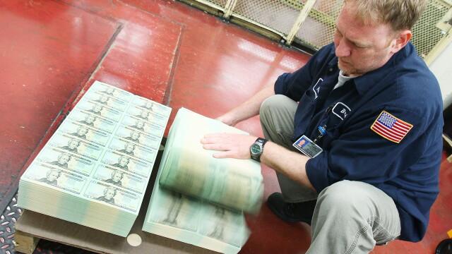 Dolarul scade in continuare fata de Euro. BCE cauta solutii pentru a sustine Italia si Spania