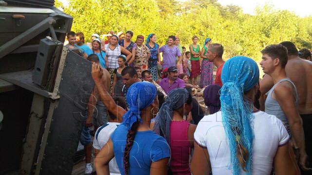 Jaf la drumul mare in Cotofenii din Fata. Zeci de tigani au furat dintr-un TIR, de fata cu politia - Imaginea 3