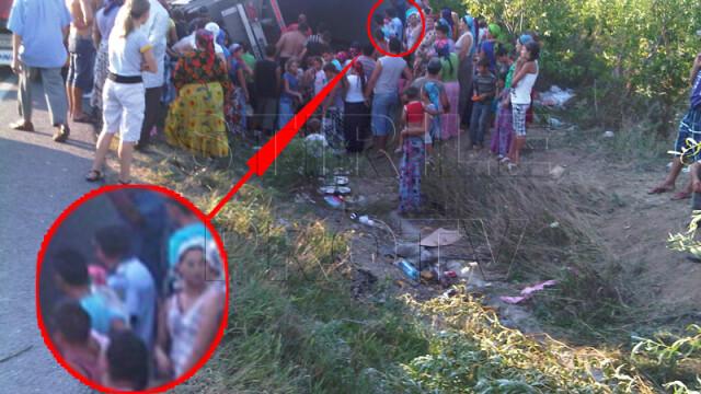 Jaf la drumul mare in Cotofenii din Fata. Zeci de tigani au furat dintr-un TIR, de fata cu politia - Imaginea 2