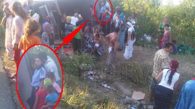 Jaf la drumul mare in Cotofenii din Fata. Zeci de tigani au furat dintr-un TIR, de fata cu politia - Imaginea 1