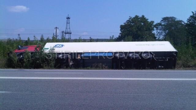 Jaf la drumul mare in Cotofenii din Fata. Zeci de tigani au furat dintr-un TIR, de fata cu politia - Imaginea 4