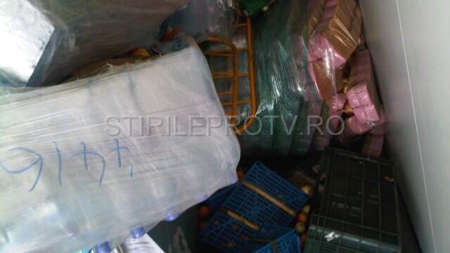 Jaf la drumul mare in Cotofenii din Fata. Zeci de tigani au furat dintr-un TIR, de fata cu politia - Imaginea 5