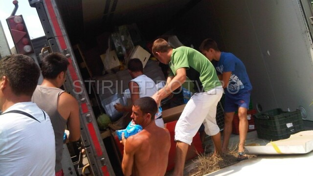 Jaf la drumul mare in Cotofenii din Fata. Zeci de tigani au furat dintr-un TIR, de fata cu politia - Imaginea 6