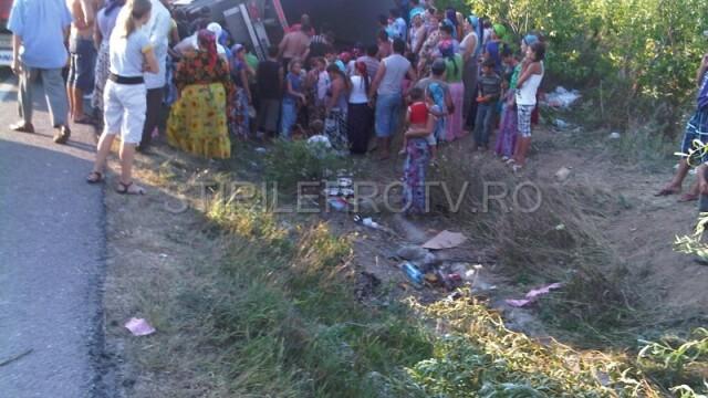 Jaf la drumul mare in Cotofenii din Fata. Zeci de tigani au furat dintr-un TIR, de fata cu politia - Imaginea 8