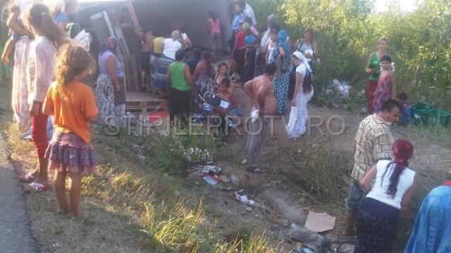 Jaf la drumul mare in Cotofenii din Fata. Zeci de tigani au furat dintr-un TIR, de fata cu politia - Imaginea 9