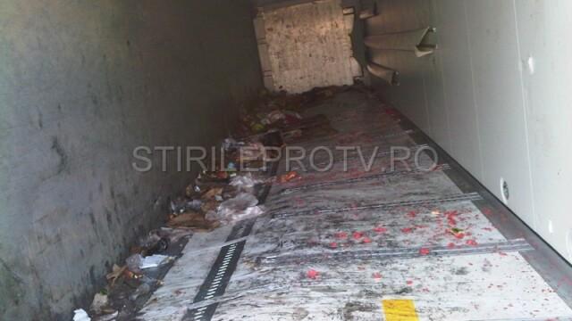 Jaf la drumul mare in Cotofenii din Fata. Zeci de tigani au furat dintr-un TIR, de fata cu politia - Imaginea 10