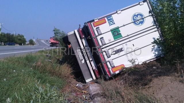 Jaf la drumul mare in Cotofenii din Fata. Zeci de tigani au furat dintr-un TIR, de fata cu politia - Imaginea 12