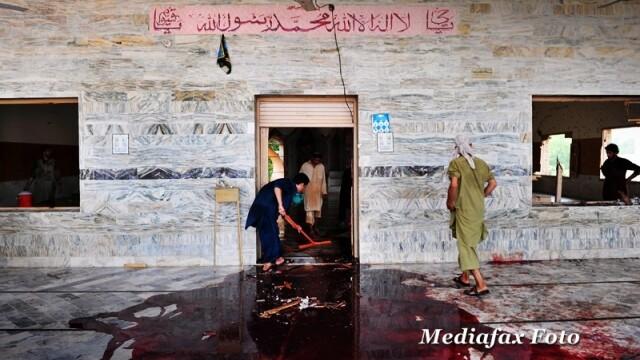 Imaginea zilei: cum se spala covorul de sange lasat in urma de un atentat terorist