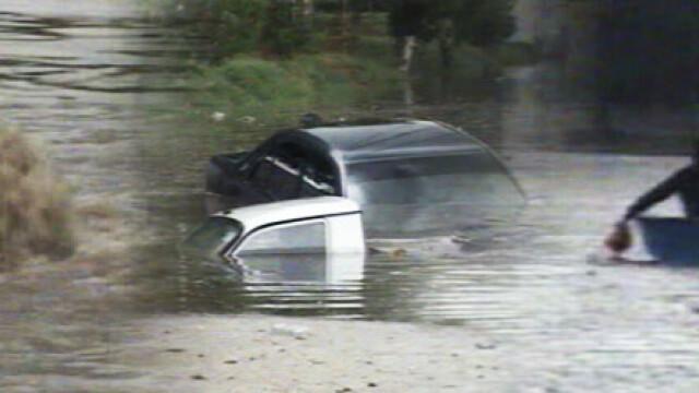 Drumuri distruse si masini INGHITITE de ape in estul tarii. Autoritatile, ingenuncheate de ploi