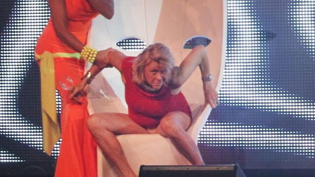 Cea mai bronzata femeie din lume s-a facut din nou de ras. Imaginea care a dus-o direct in tabloide - Imaginea 2
