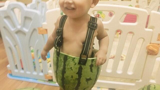 Si-a imbracat copilul intr-un pepene. Solutia unui barbat din China impotriva caniculei - Imaginea 1