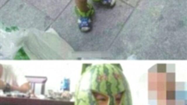 Si-a imbracat copilul intr-un pepene. Solutia unui barbat din China impotriva caniculei - Imaginea 2