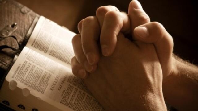 S-a revoltat dupa ce fiica ei nu a avut voie sa scrie despre Dumnezeu la scoala. \