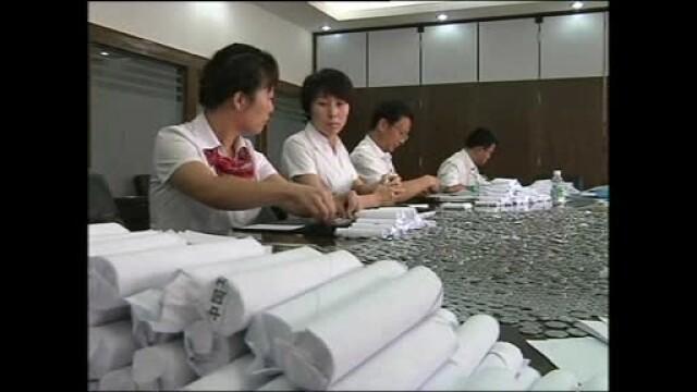 30 de angajati ai unei banci au numarat bani timp de 18 ore. Un client le-a adus 8 saci cu monede