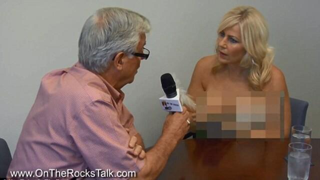 Gazda unei emisiuni de radio s-a dezbracat in timp ce ii lua un interviu primarului. VIDEO