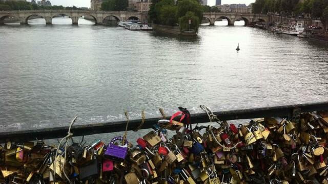 Cele 45 de tone de lacate ale iubirii din Paris, inlocuite cu un grafitti. De ce sunt dezamagiti turistii