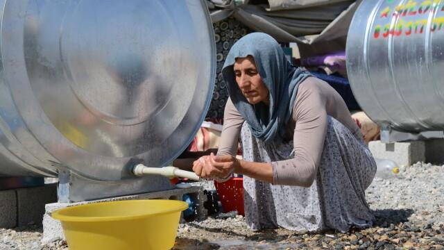 Statul Islamic aduce iadul pe pamant. Irakienii refugiati le dau copiilor sa bea sange pentru a-i mentine in viata - Imaginea 2