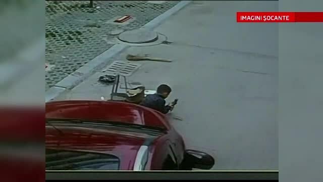 O masina trece peste un copil care se joaca in mjilocul strazii, insa acesta scapa cu viata, ca prin minune. VIDEO