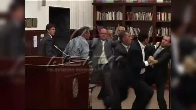Bataie in Parlamentul Macedoniei. Cel putin 7 politicieni si-au tras pumni si palme din cauza legii bugetului