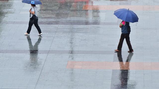 Vremea se schimba drastic de luni seara: ploi, intensificari ale vantului si precipitatii mixte