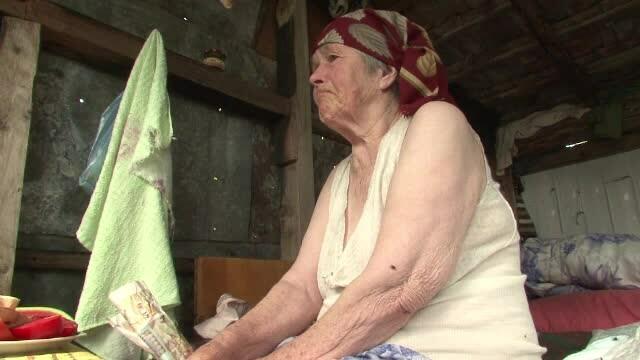 La 86 de ani, a ajuns sa traiasca intr-o magazie, dupa ce i-a luat foc casa. Fiul ei a parasit-o si a disparut fara urma