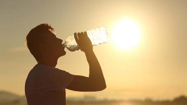 Dereglari hormonale sau chiar cancer - riscurile aduse de apa consumata din sticle tinute la soare. Ce ne recomanda medicii