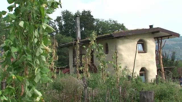 Casele ecologice, tot mai populare printre romanii care vor sa-si reduca facturile. Ce pret au locuintele din fân sau canepa