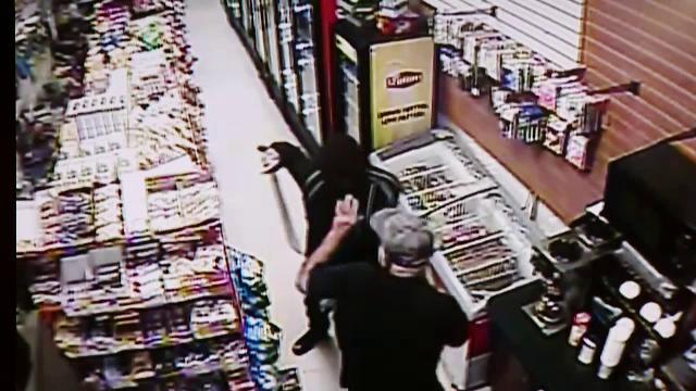 A vrut sa jefuiasca un magazin, inarmat cu o sabie, dar nu se astepta la ce a urmat. Ce a scos vanzatorul de sub tejghea