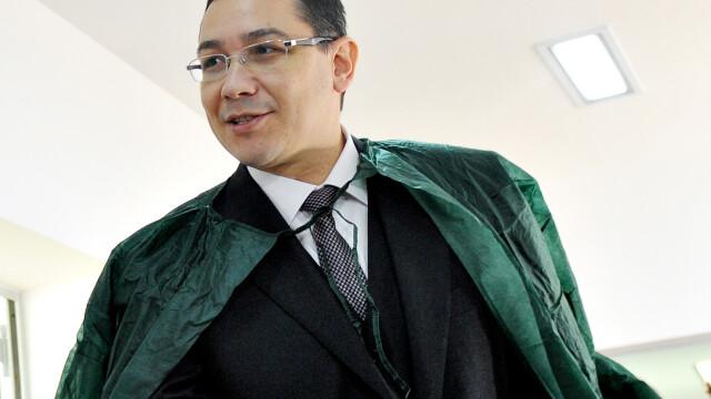 premierul Victor Ponta in halat verde de spital