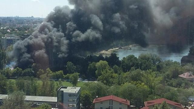 Incendiu la clubul Chaboo din Capitala. Flacari uriase au pornit langa piscina si au distrus un cort. VIDEO - Imaginea 3