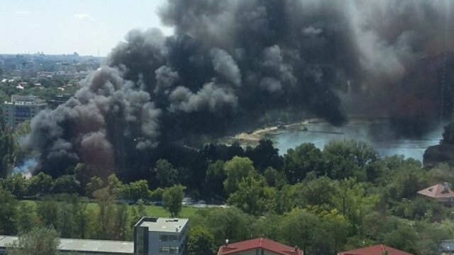 Incendiu la clubul Chaboo din Capitala. Flacari uriase au pornit langa piscina si au distrus un cort. VIDEO - Imaginea 5