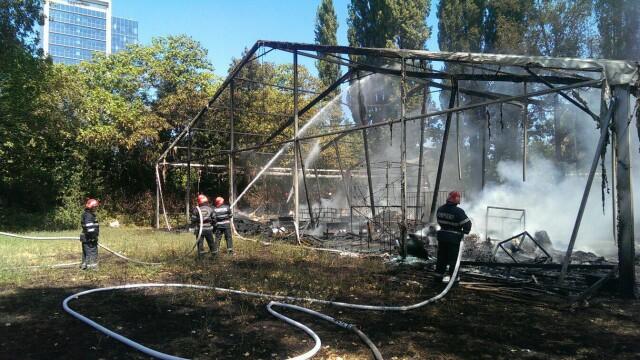 Incendiu la clubul Chaboo din Capitala. Flacari uriase au pornit langa piscina si au distrus un cort. VIDEO - Imaginea 11