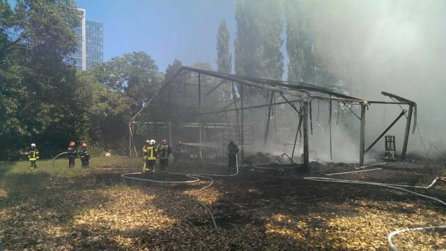 Incendiu la clubul Chaboo din Capitala. Flacari uriase au pornit langa piscina si au distrus un cort. VIDEO - Imaginea 14