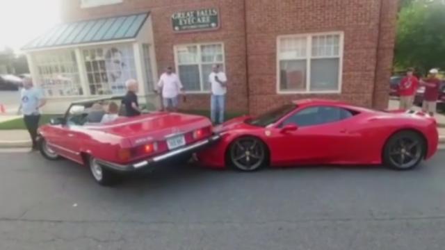 A lovit un Ferrari de 300.000 de dolari, incercand sa isi parcheze Mercedes-ul vintage. Reactia soferului pagubit. VIDEO