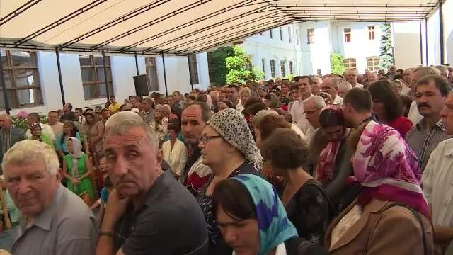 Mii de oameni au venit sa asiste la slujba si sa se roage Sfintei Fecioare, la Manastirea Tismana. Un incident i-a speriat