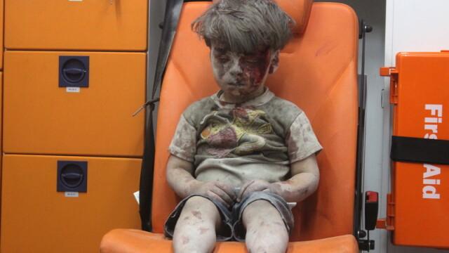Imaginea care surprinde catastrofa umanitara din Siria. Momentul in care un baietel este scos de sub o cladire bombardata