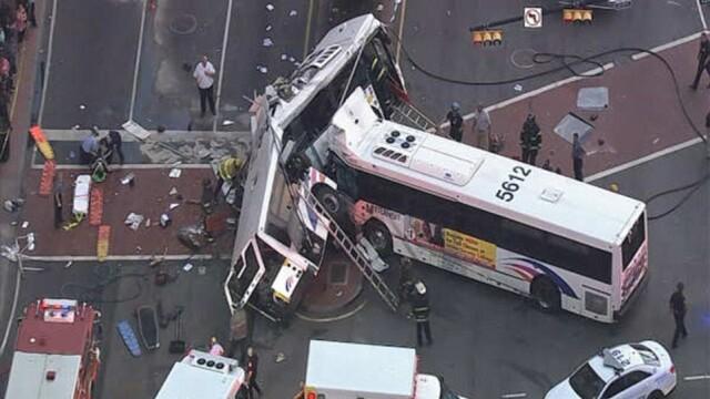 Un mort si 19 raniti dupa impactul violent dintre doua autobuze. Unul din vehicule, rupt in doua. Imagini FILMATE din aer - Imaginea 1