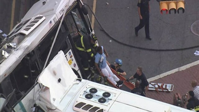 Un mort si 19 raniti dupa impactul violent dintre doua autobuze. Unul din vehicule, rupt in doua. Imagini FILMATE din aer - Imaginea 2