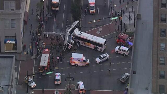 Un mort si 19 raniti dupa impactul violent dintre doua autobuze. Unul din vehicule, rupt in doua. Imagini FILMATE din aer - Imaginea 3