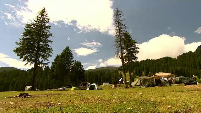 Parcul Natural Bucegi, peisaje spectaculoase sufocate de mizerie. Ce ramane in urma in zona de campare fara cosuri si WC-uri - Imaginea 1