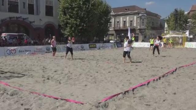 Prima competitie de handbal pe nisip din Baia Mare. Sase camioane au fost descarcate in centrul orasului