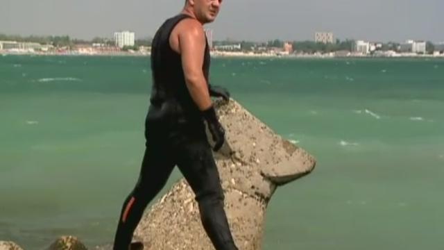 Tragedie pe litoral: un tanar de 17 ani a ramas captiv sub stabilopozi in Saturn. Alti doi barbati au disparut in valuri