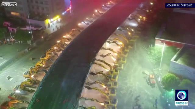 Metoda prin care chinezii au reusit sa darame un pasaj intreg intr-o singura noapte. Au avut nevoie de 116 excavatoare