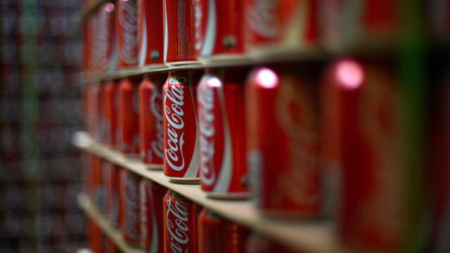 Coca Cola a oprit productia si a chemat politia. Ce a gasit in dozele de suc