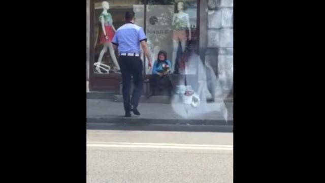 Gestul făcut de un polițist pentru o bătrână ce vindea flori la marginea bulevardului. VIDEO