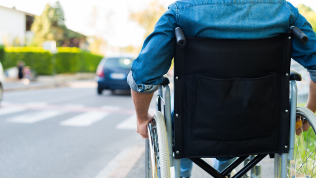 Guvernul vrea să ia bani şi de la românii cu handicap. Taxa care se va dubla
