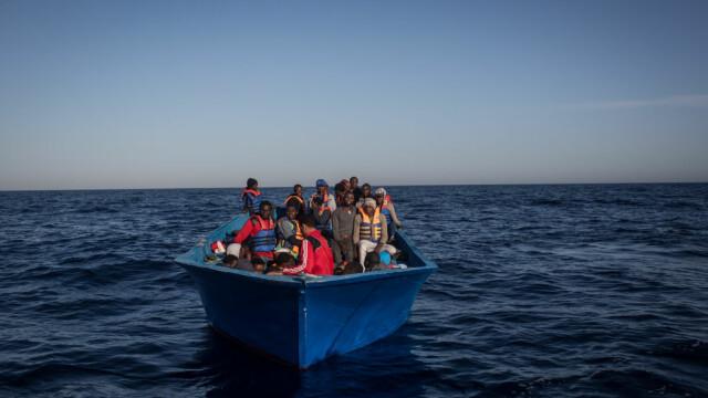 migranti pe o barca in mediterana